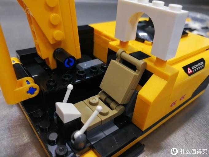 有倾角的座椅,操控台和操作杆一应俱全