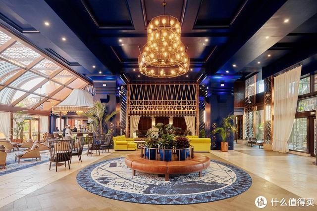 """西班牙顶级酒店""""世界上最昂贵圣诞树""""惹争议 造价高达1.08亿元"""