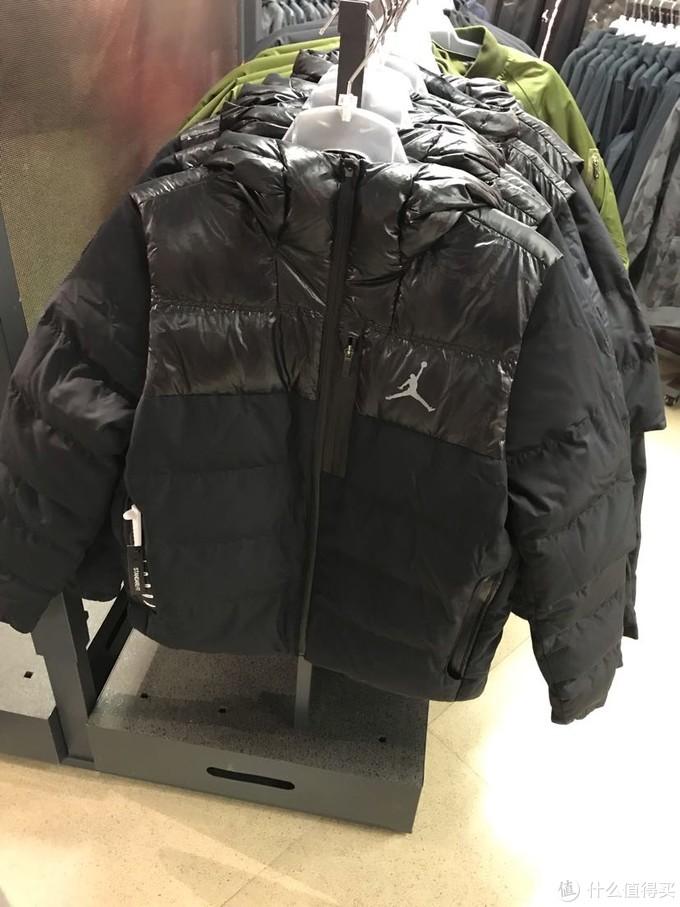 AJ短款羽绒服,价格好像应该是899,没记错的话中间马甲假两件形式,但是应该是不能拆得