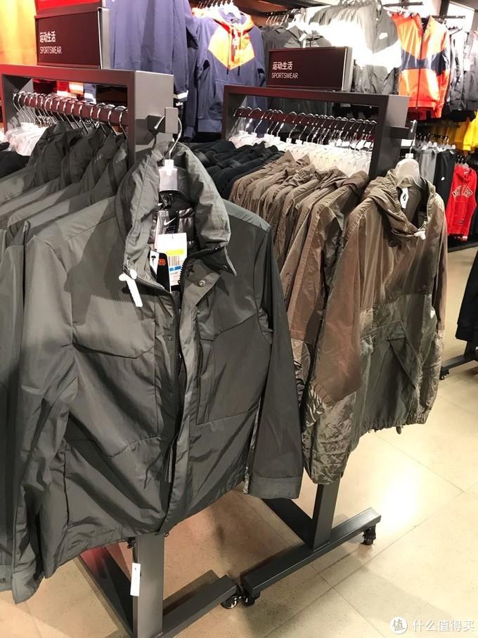 冲锋衣形式应该算高端款了,内带P棉马甲,可拆卸,看样子还有热反射涂层