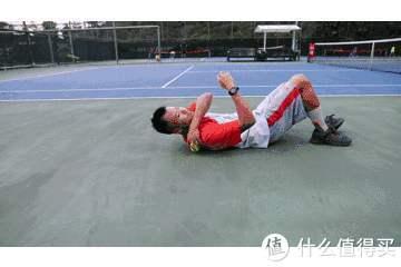在没有筋膜枪的时候运动恢复是这样的,只有用网球因陋就简按摩