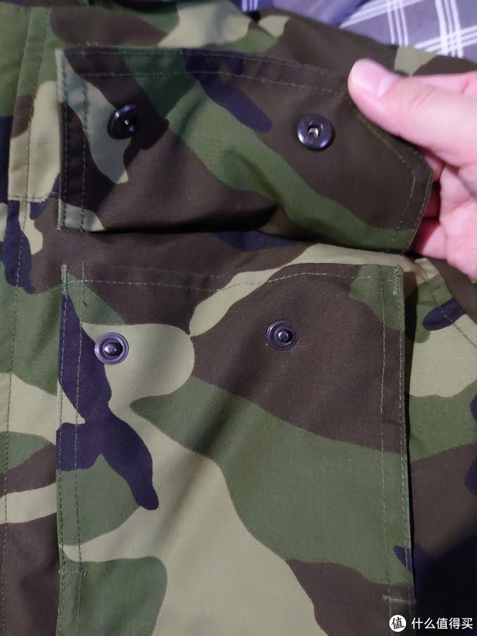 正面四个兜口都是按扣,兜内侧带有短绒,手插兜够暖和。