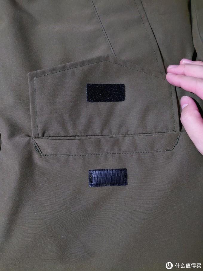 这款设计简单,胸前四个兜,其中两个是沾扣。另外两个在胸前是用来放手的。
