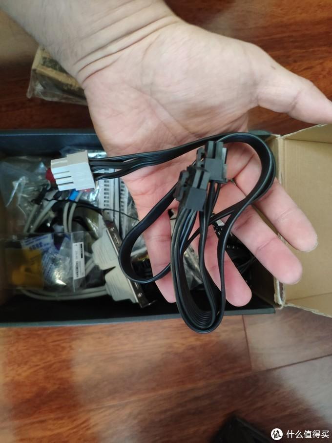 从杂物箱里面把另外一根矿龙显卡供电线翻出来