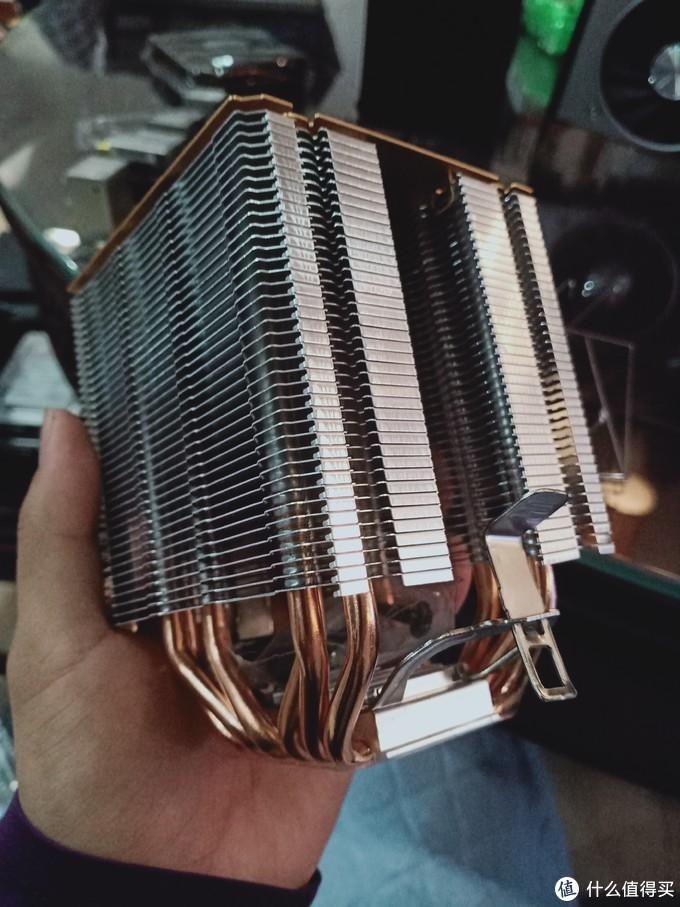 首先安装散热器,铝比较轻