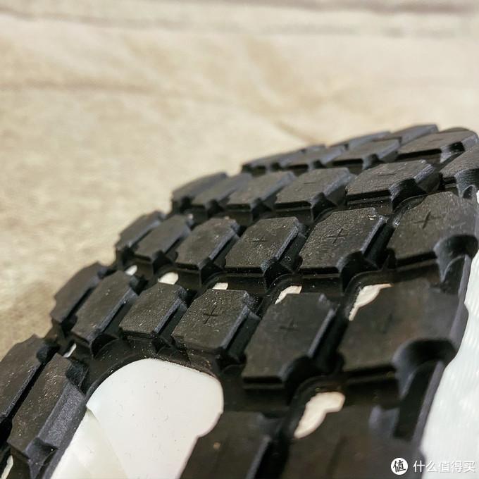 大颗粒、厚实的鞋底,希望能耐磨抗滑