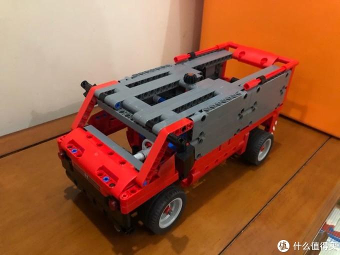 红箱车没有贴纸,有点蠢萌