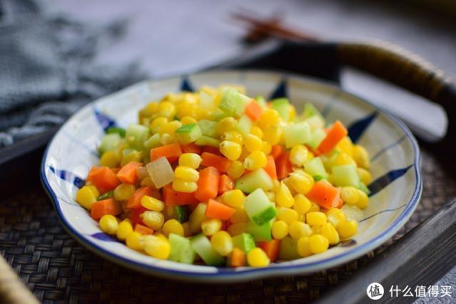 玉米新吃法,加两样蔬菜,随便简单一炒,比煮玉米好吃多了