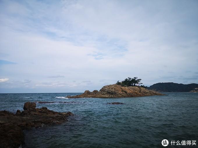 空无一人的海滩,岛上藏着小鸟居