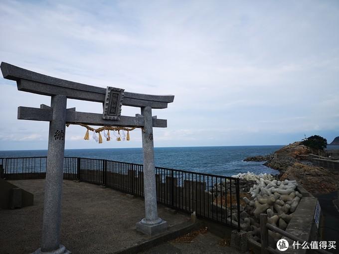 这个神社往上走就是一线海景墓地