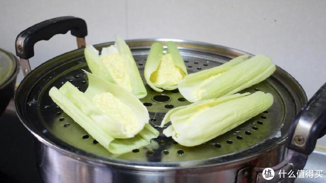 新鲜玉米加糖这样做,简单蒸一蒸,又甜又糯,比煮玉米好吃多了