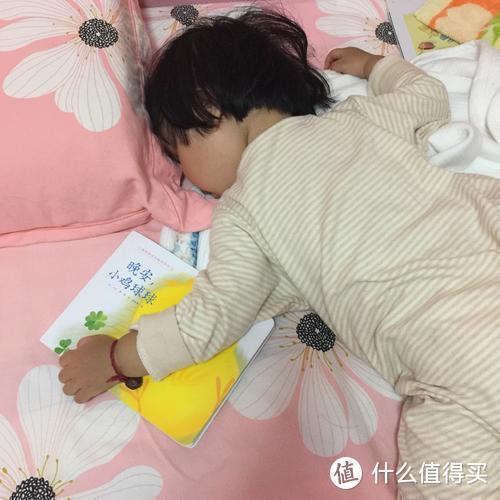1岁宝宝睡觉也要抱着小鸡球球