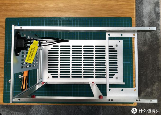 机箱的所有部件都可以拆,只要有耐心,装机难度不是很高