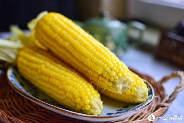 好多人煮的玉米不好吃,那是因为关键一步做错了,难怪不够香甜