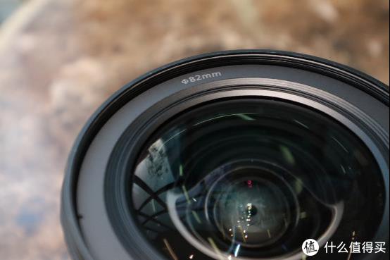 在镜头前端可安装φ82mm滤镜。这一尺寸与EF 16-35mm f/2.8L III USM相同,用户能将先前购买的滤镜直接套用在新镜头上,省钱又省心。