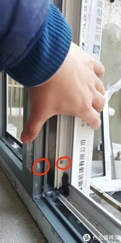 (加强中梃示意图——室外突出的白色部位就是加强中梃,增强抗弯力;小圆圈处是中梃与窗框的铝件销钉注胶连接工艺,连接强度刚刚的,)