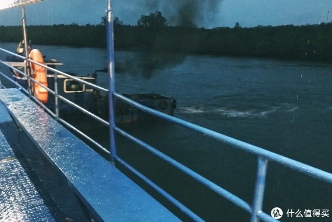 下午坐车去兰塔岛,中间有一段车要开上渡船过海