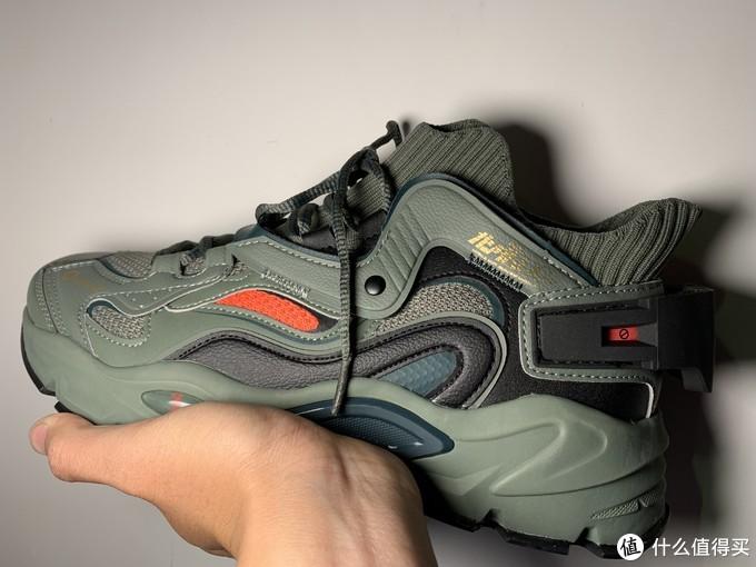 鞋子外侧两边都有红色的的配色,跟扎古红色的眼睛相互呼应。