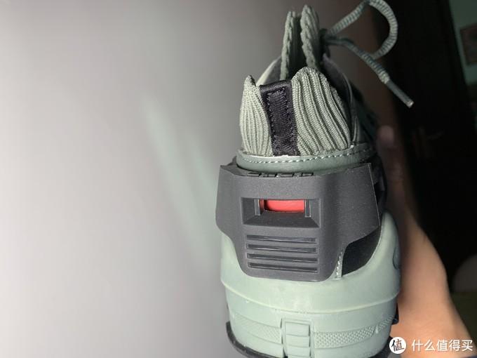 鞋背后有专门的保护胶做成扎古头部的形状,看上去还是蛮像的。