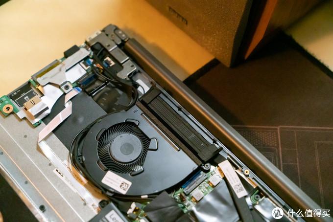 散热器和ThinkPad用的鹰翼风扇是一样的,扇叶很密集,风量不小