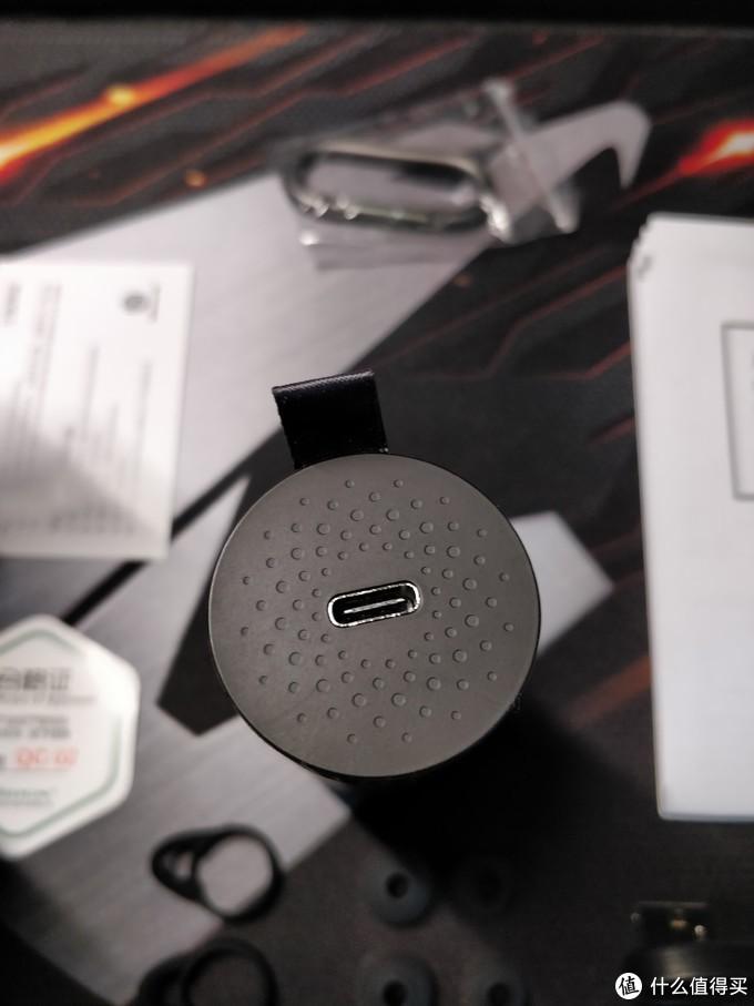 顶部的USBType-C接口(升级啦)猜猜上面的那些凹点是做啥的?