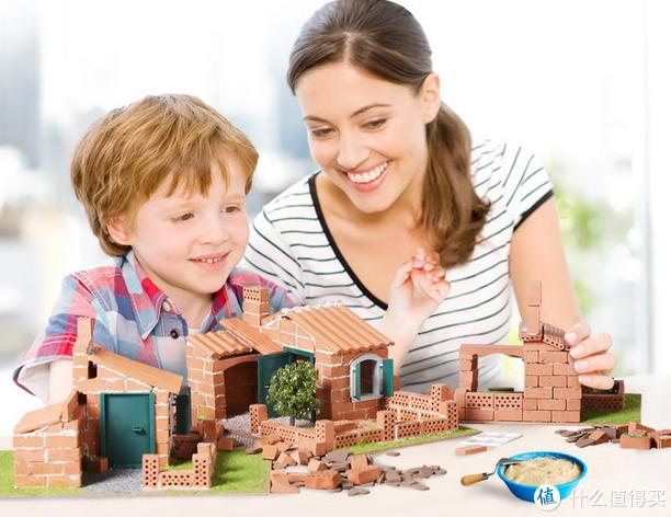 他家还有一个比较厉害的就是,用真实的砖搭建小屋。