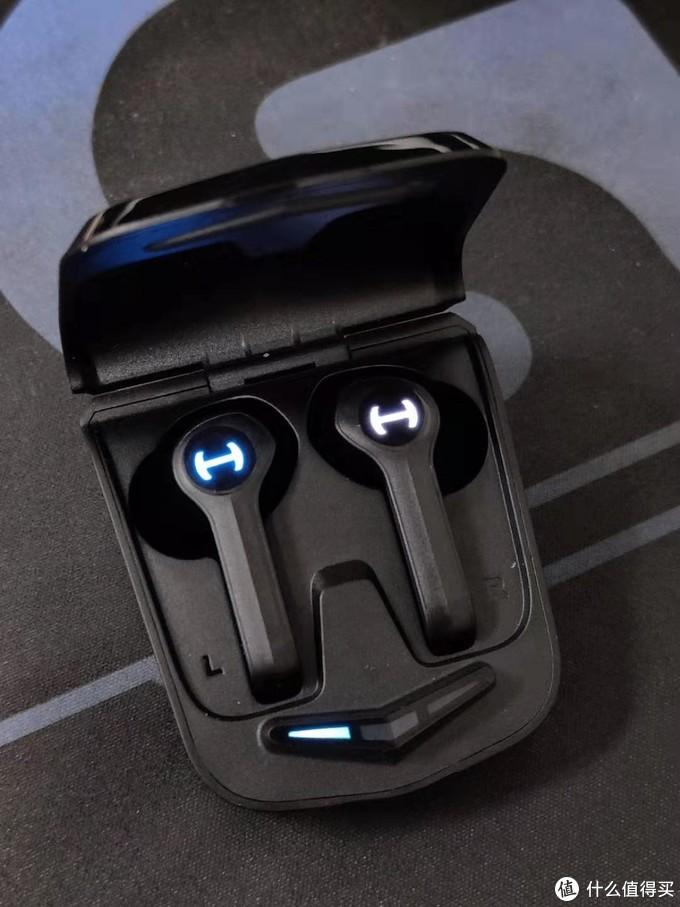 耳机上的Led灯有没有让你想到安德玛?