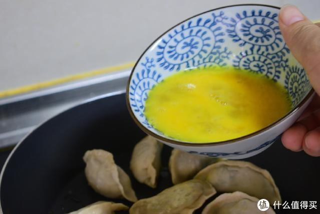 冻饺子不用水煮了,试试这个新吃法,十分钟就能做一锅,真香呀
