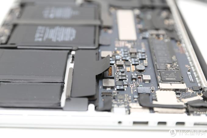 第一件事就是把电池电源断了,防止意外发生,稍微用力向上就可以解开