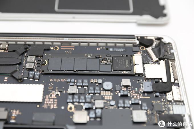 SSD位置很明显,固定螺丝是T5,和后盖螺丝不是一个型号,T5是比较常见的螺丝型号,各种螺丝刀套装里面一般都有,原装SSD是三星给apple做的