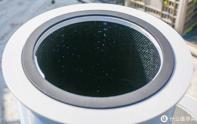 考虑到本款产品具备甲醛过滤能力,在滤筒的内侧黑色的部分就应该是活性炭颗粒,这点要比很多空净用的活性炭布强上不少哟。