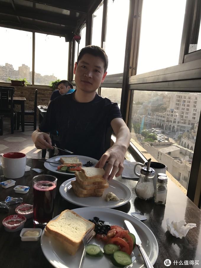 早餐没有太多肉,不过还是挺好吃的(美男子同事)