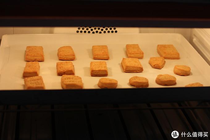 烘烤成熟后,饼干表面会稍微上色