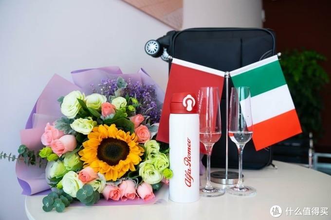 水杯、行李箱和花