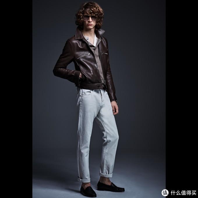 模特摆造型穿着还挺酷的,我可能穿不出这样潇洒的感觉,这是春夏款,所以适合气候不适太冷的时候这样耍帅吧。哈哈
