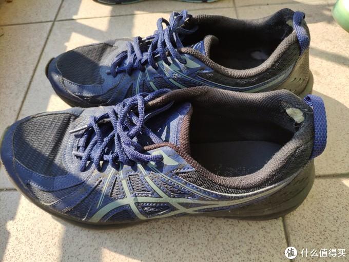 现存寿命最长的一款,透气越野跑步鞋,购于某东,大概350块入手,鞋底超级耐磨,以至于后脚跟磨破 前面开胶鞋底还没磨至五分。美中不足,鞋带有些短。这一款挺适合平时穿着和户外土地上跑步,颜值现在看来也不算丑,对于入门者性价比很高。简单来说,耐穿,适合训练穿。