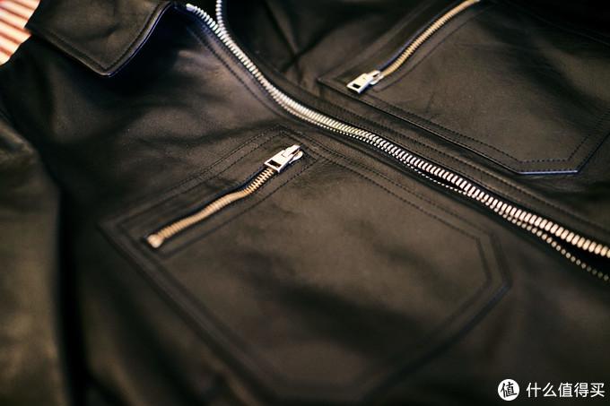 正面两个方型的胸袋设计,之前我真见的比较少,而且感觉装饰性比实用性高,像是老干部来了,哈哈。