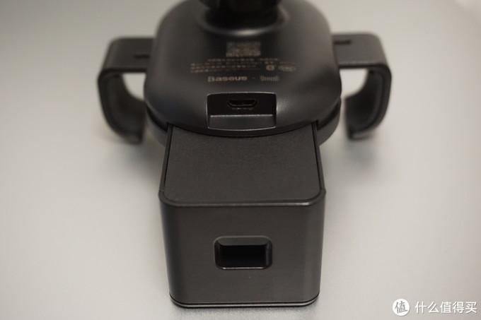 最后看下背面,一个标准的Micro USB的充电口,原装就提供了一条线,同时配线比较简单,是一般居家旅行的必备产品。