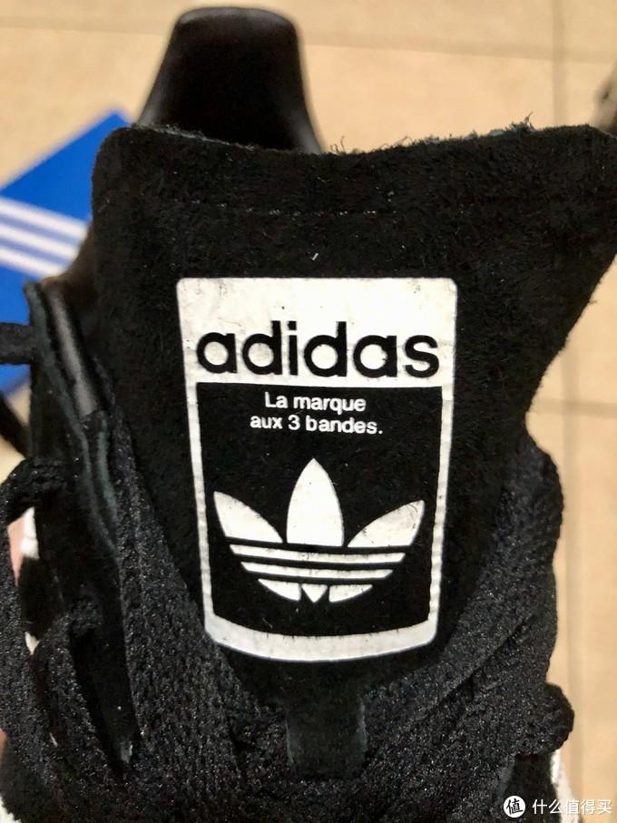鞋舌上的三叶草标志