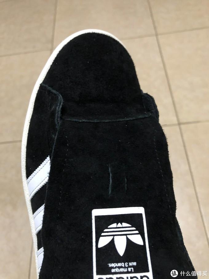 鞋头和鞋舌为两块拼接而成