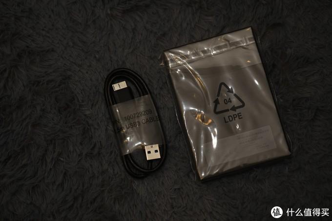 MicroUSB3.0线及硬盘,都有塑料包装