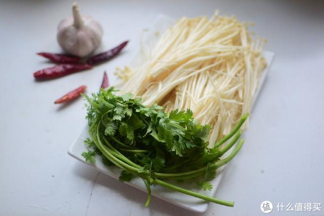金针菇不用炒不用煮,教你一道最好吃的做法,太香了,给肉都不换