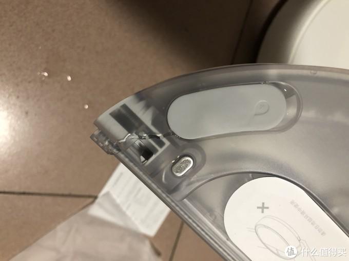 水箱塞口按压或者倒过来会漏水, 也就是密封性不好, 虽然不影响正常使用,但是这个是个毛病, 要改进;