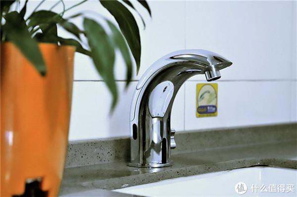 装电池的水龙头,一伸手就出水,公共场合的标配!
