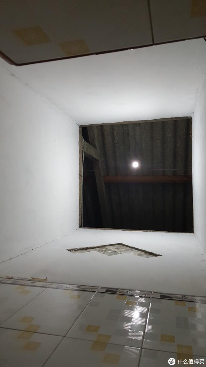 没忍住手贱,蹲马桶的时候照了一张天花板。真的好高,而且直通外界。就是说晚上睡觉一定得关好卫生间的门,虽然关好了蚊子还是很多,哈哈。