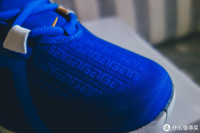 整个鞋面就是被这样的网面覆盖了一层,理论上是可以剥掉的
