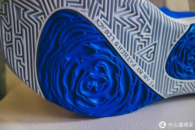 蓝色玫瑰花部分是橡胶的,其它配色是水晶底,耐磨度比较一般