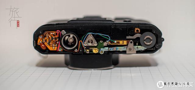 雅西卡FX-D拆开底盖后的样子。以上图片皆由康泰时50/1.4拍摄。 旅行实验室拍摄