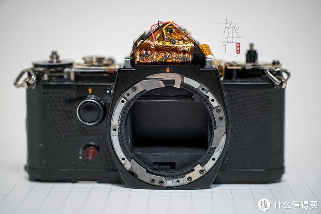 雅西卡FX-D拆开顶盖后的样子,可以看到露出的电子线路和原件。 旅行实验室
