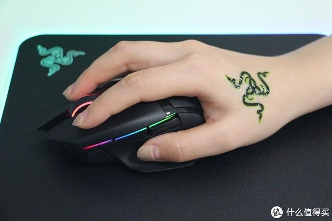 试试握感和各个控制键的手感,趴握式手型表示整体稳健。